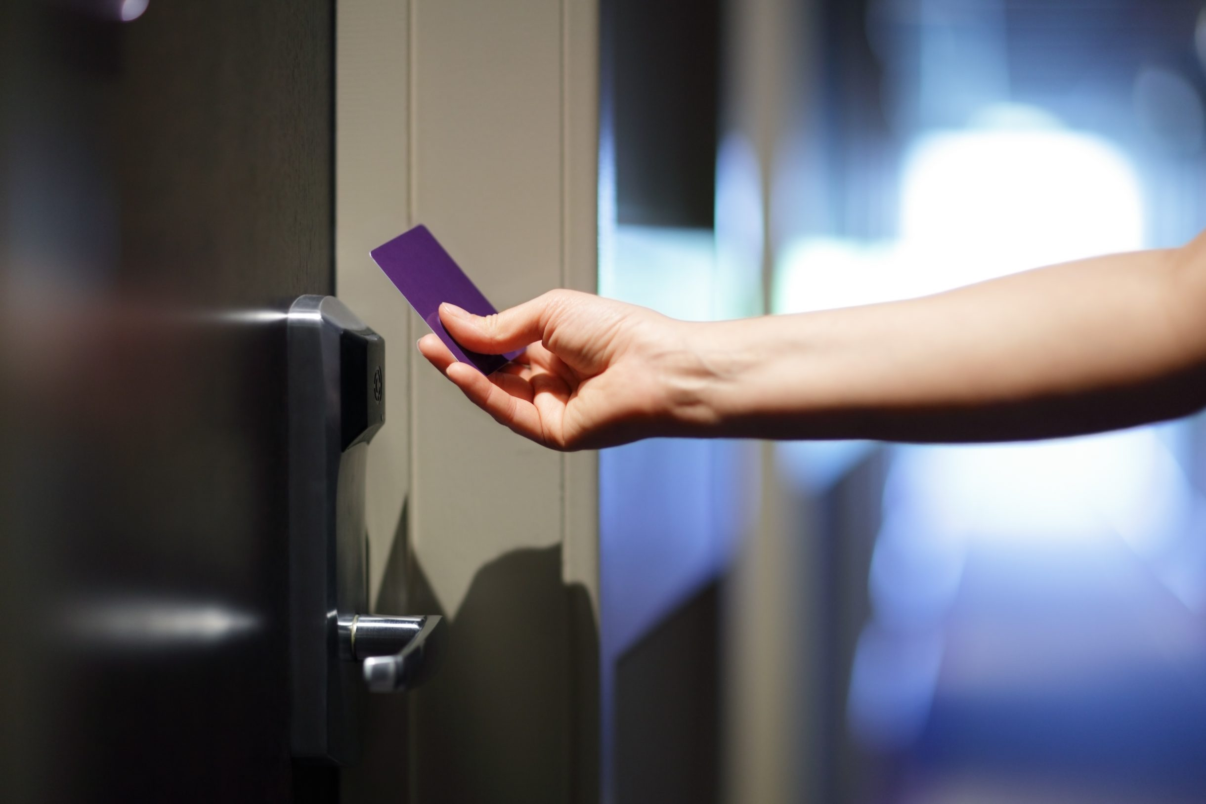 Smart Lock Bild 3 Opening a hotel door with keyless entry card